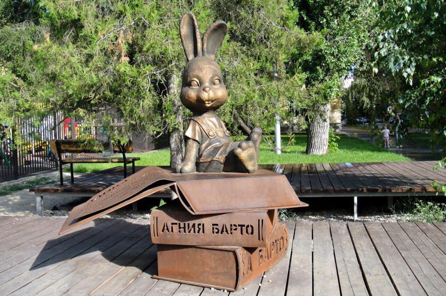 Памятник зайке Агнии Барто фото