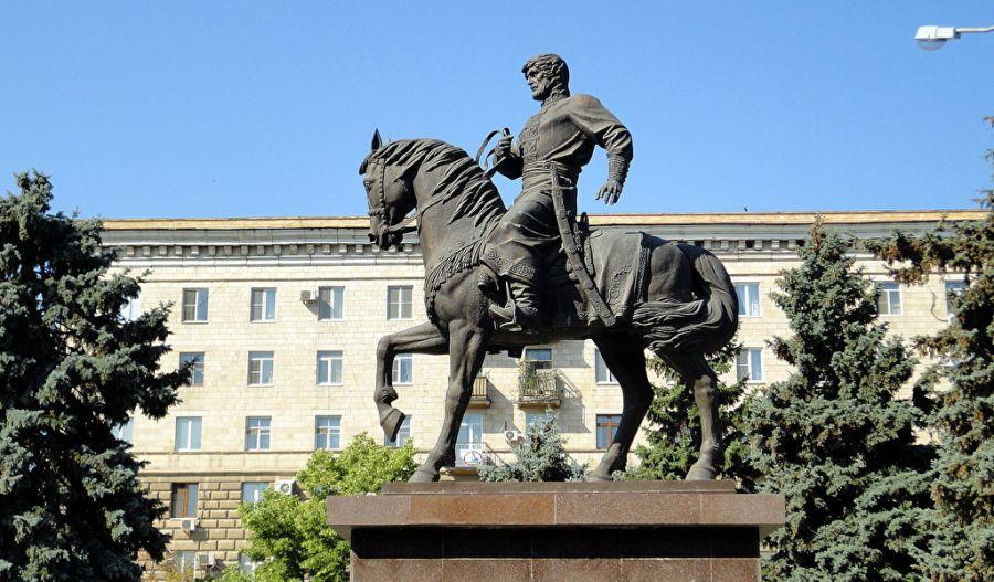 Памятник первому воеводе Царицына Засекину фото
