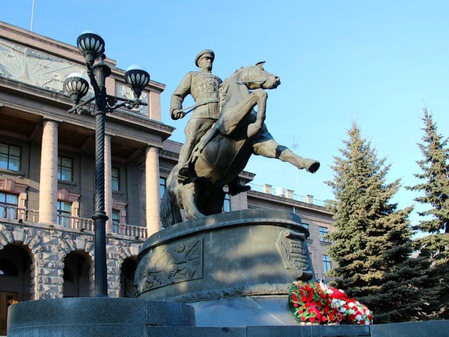 Памятник маршалу Жукову фото