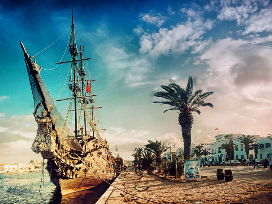 Фото пиратского корабля, пришвартованного на пристани города Сус
