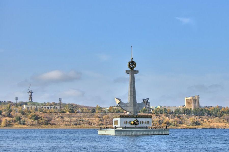 Фотография Плавучий памятник погибшим речникам на Волге