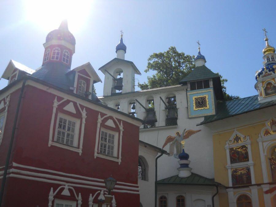 Фото удивительная архитектура Печор в Псковской области