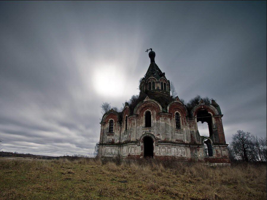 Фото старой заброшенной церкви в Псковской области