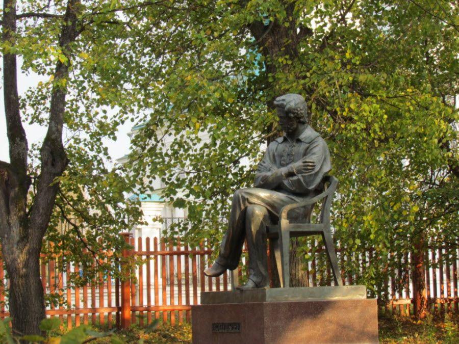 Фото памятника Пушкину в Болдино