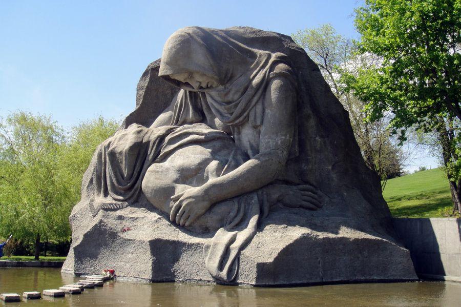 Скульптура Скорбь матери фото