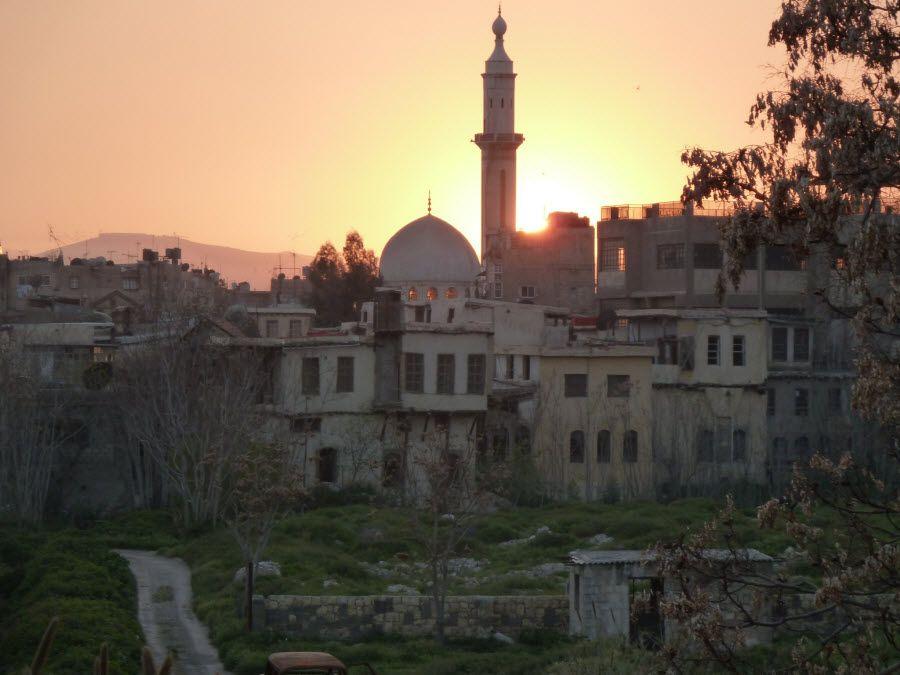 Один из древних городов Сирии на закате фото