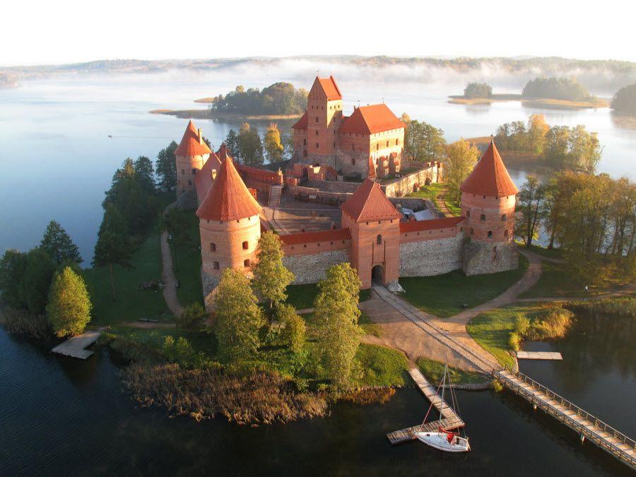 Замок Тракай вблизи фото