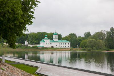 Дендрарий парк в видом на Мирожский монастырь